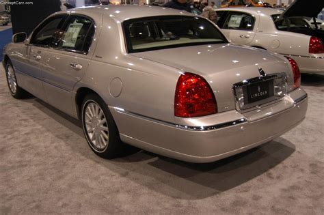 2004 Lincoln Town Car Image